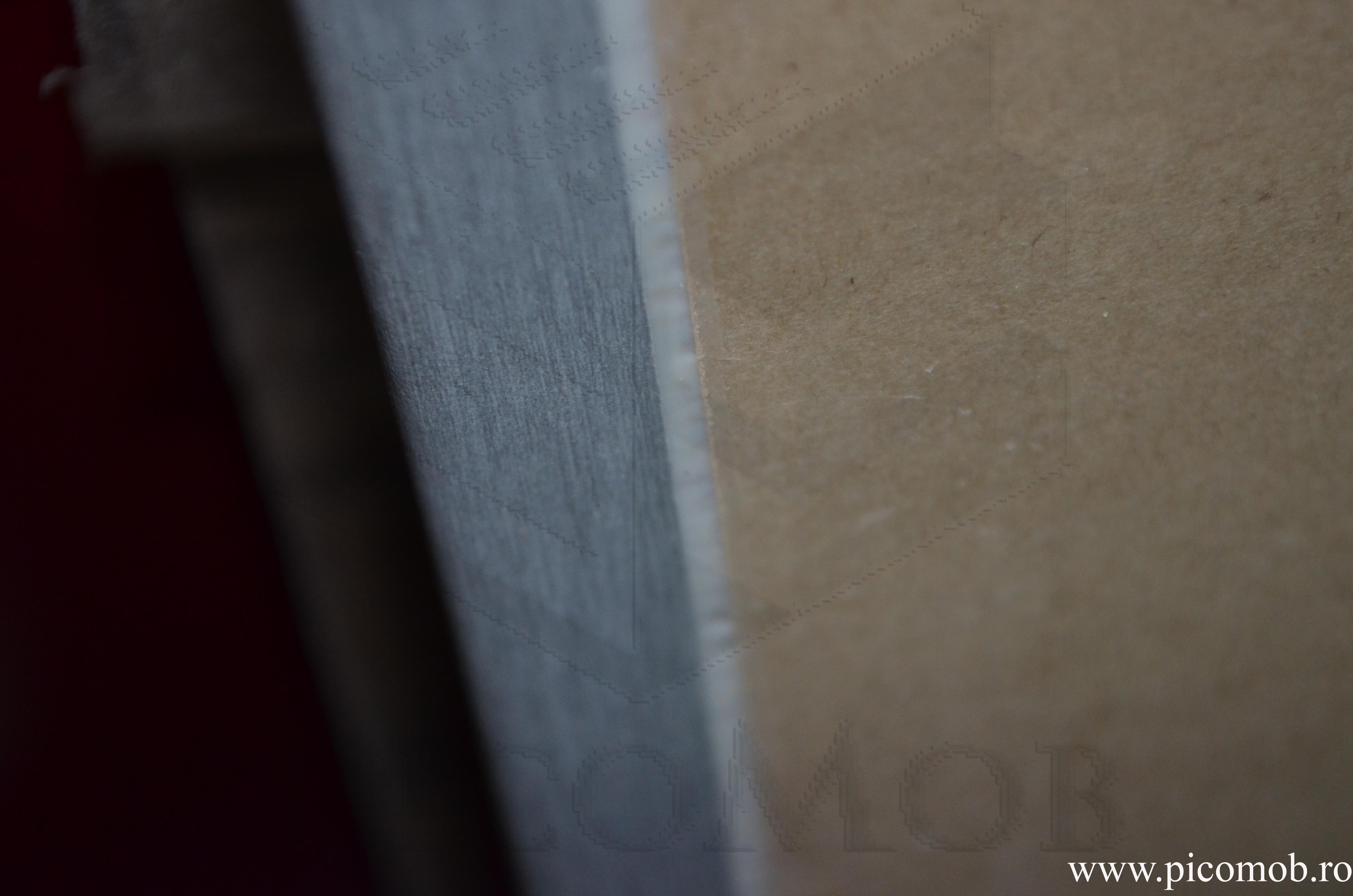 Adezivul poliuretanic la contactul dintre suprafața laminată și hârtia de căptușire