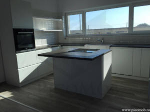 Mobila bucatarie open space PicoMob front MDF cu frezare maner vopsit alb RAL mat blat beton casa