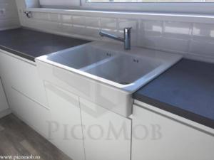 Mobila bucatarie open space PicoMob front MDF cu frezare maner vopsit alb RAL mat blat beton chiuveta ikea