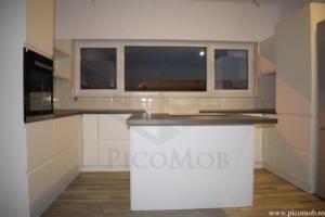 Mobila bucatarie open space PicoMob front MDF cu frezare maner vopsit alb RAL mat blat beton insula cuptor incorporabil