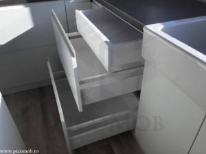 Mobila bucatarie open space PicoMob front MDF cu frezare maner vopsit alb RAL mat blat beton sertar ascuns tandem blum