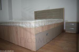 Mobila dormitor PicoMob pat cu sertare sub pat stejar bardolino natur gri piatra manere ingropate noptiere