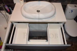 Mobila baie PicoMob corp pentru lavoar aplicat si baterie hansgrohe MDF vopsit cu frezare maner gri RAL sertar tandembox antaro alb sub chiuveta blum depozitare eficienta